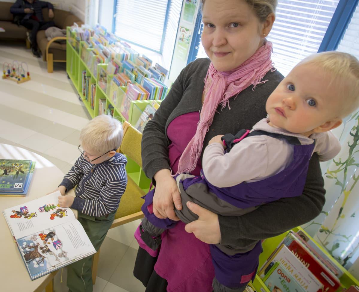 Visa, Laura ja Ulpu Aalto  Kauklahden kirjastossa.