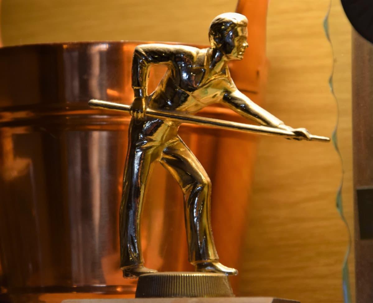 Masan Baarin biljardi- ja darts-joukkueiden palkinnot kiiltelevät yhä ylähyllyllä.