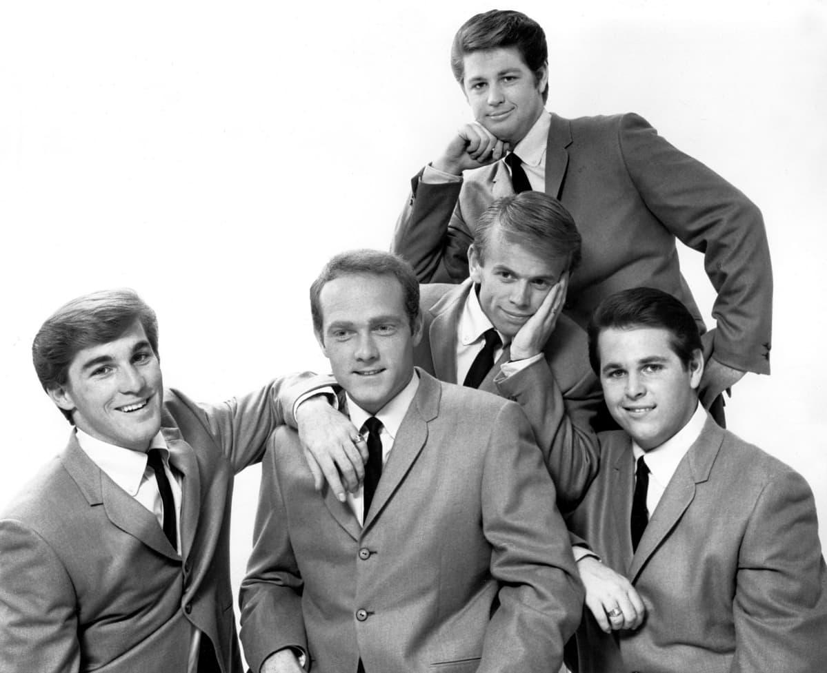 The Beach Boys eli Dennis Wilson, Mike Love, Al Jardine, Carl Wilson ja taustalla Brian Wilson 1960-luvun alussa.