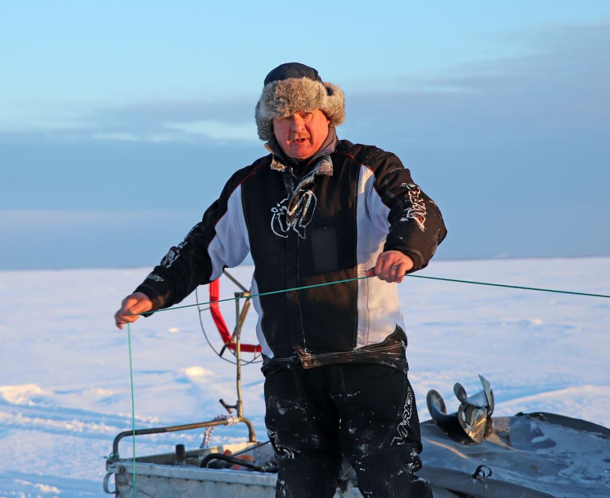 Tauno Suomalainen ei valita, vaikka hyytävä pakkanen kylmettää sormet.