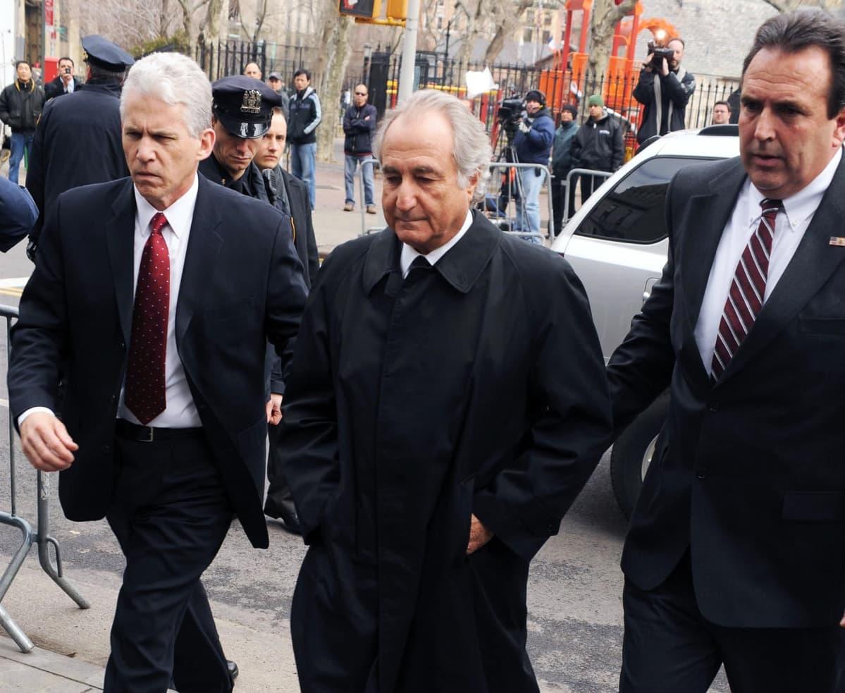 Bernard Madoffia tuodaan oikeuden kuultavaksi New Yorkissa vuonna 2009.
