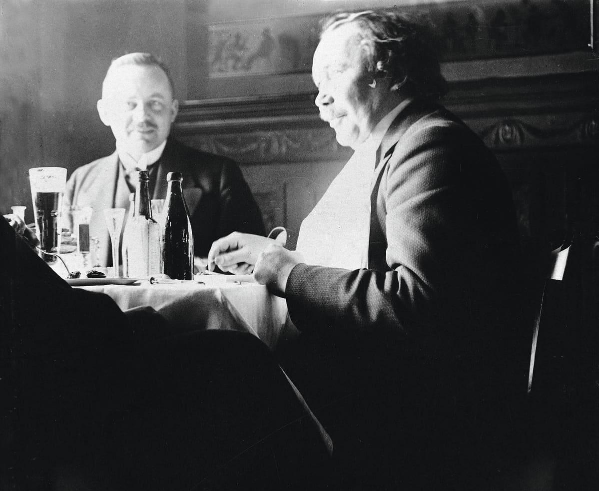 Eino Leino oli seurallinen sutkauttelija, ravintolapöytien keskipiste. Tässä hän on K. O. Vikmanin kanssa Kappelissa aprilliaamiaisella vuonna 1912.