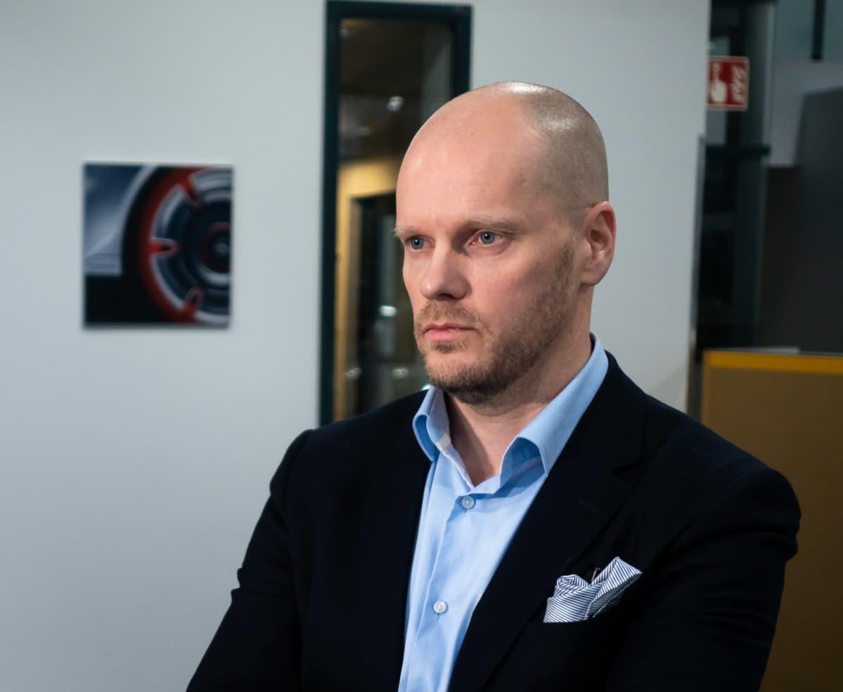 Länsiauto Driven toimitusjohtaja Petri Aarnio Herttoniemen liikkeessään.