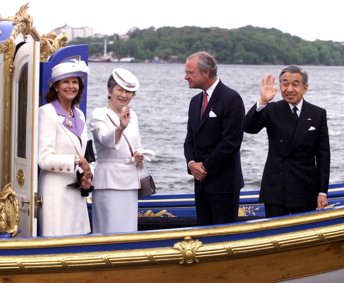 Kuningas Kaarle XVI Kustaa ja kuningatar Silvia isännöivät Japanin keisariparin vierailua vuonna 2000.