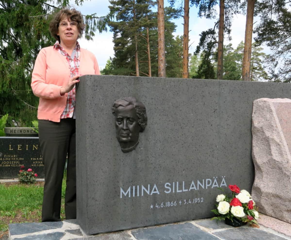Stiina-Liisa Pirkkamaa Miina Sillanpään muistokivellä