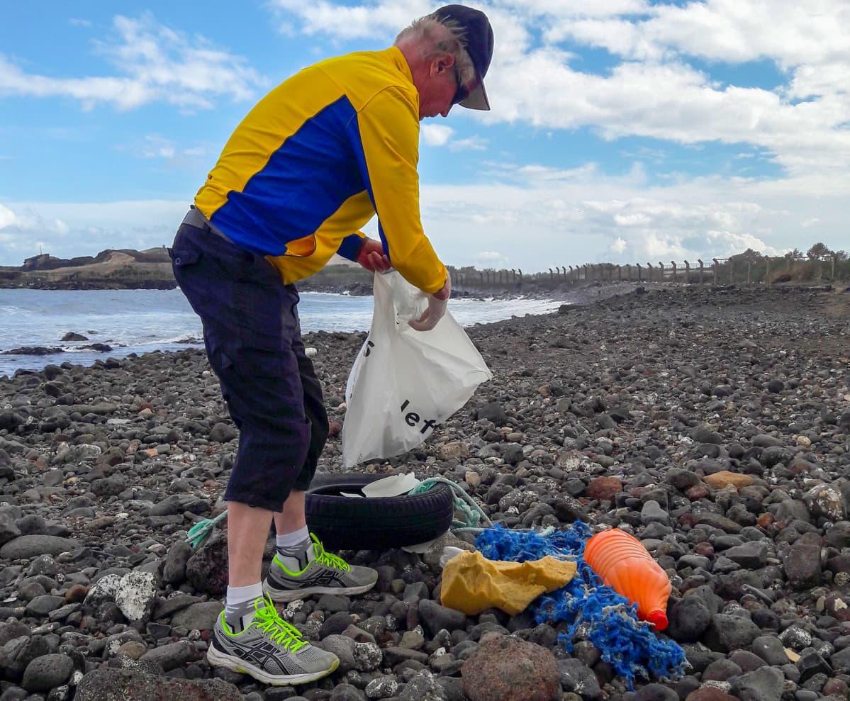 Keuruulainen Antti Isoaho keräilee muoviroskia Ojos de Garzan rannalta Gran Canarialla.