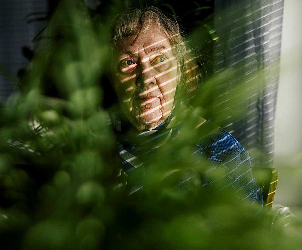 Paula Ollila ikkunan ääressä.