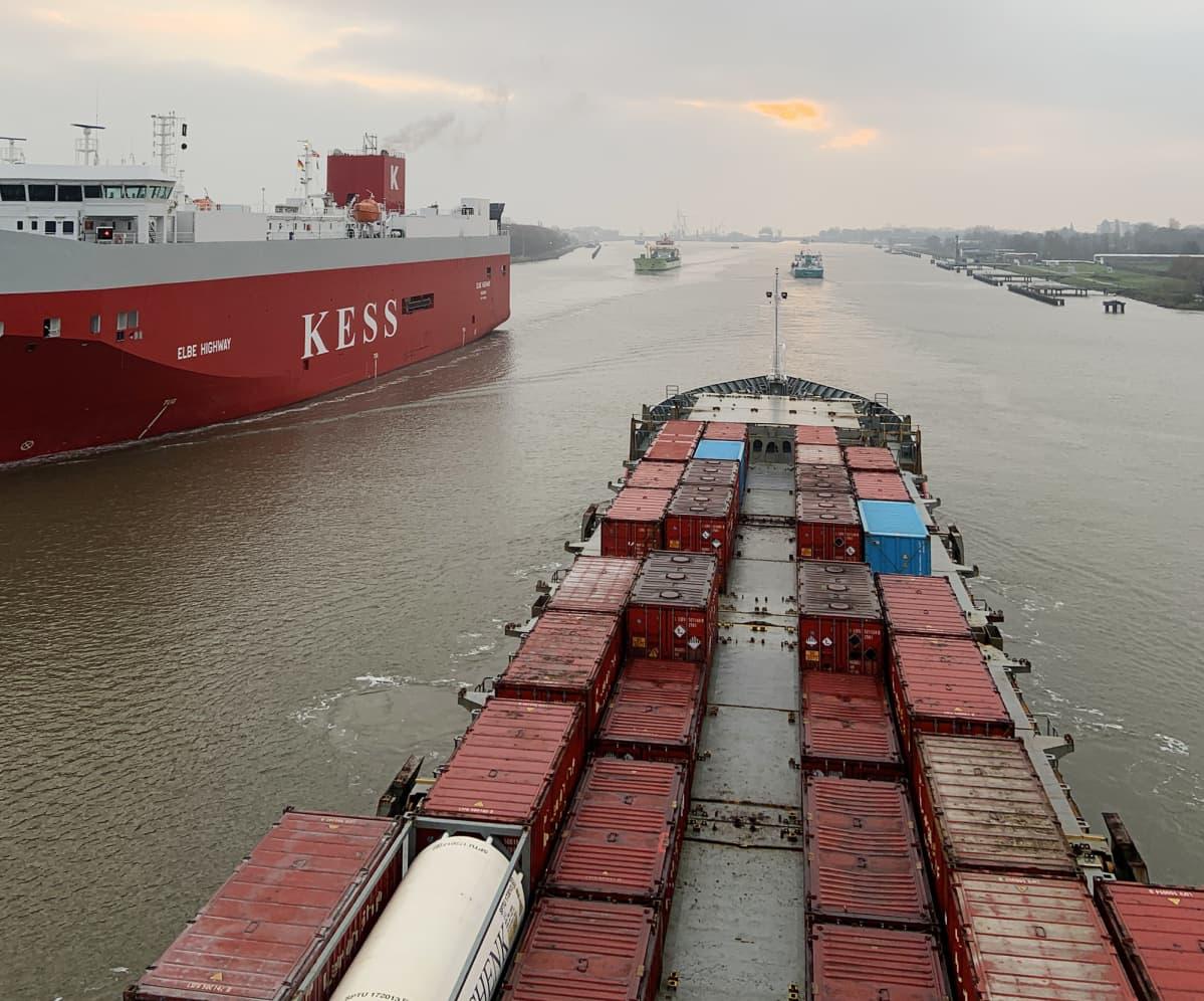 Rahtilaiva m/s Hjördis Kielin kanavassa.