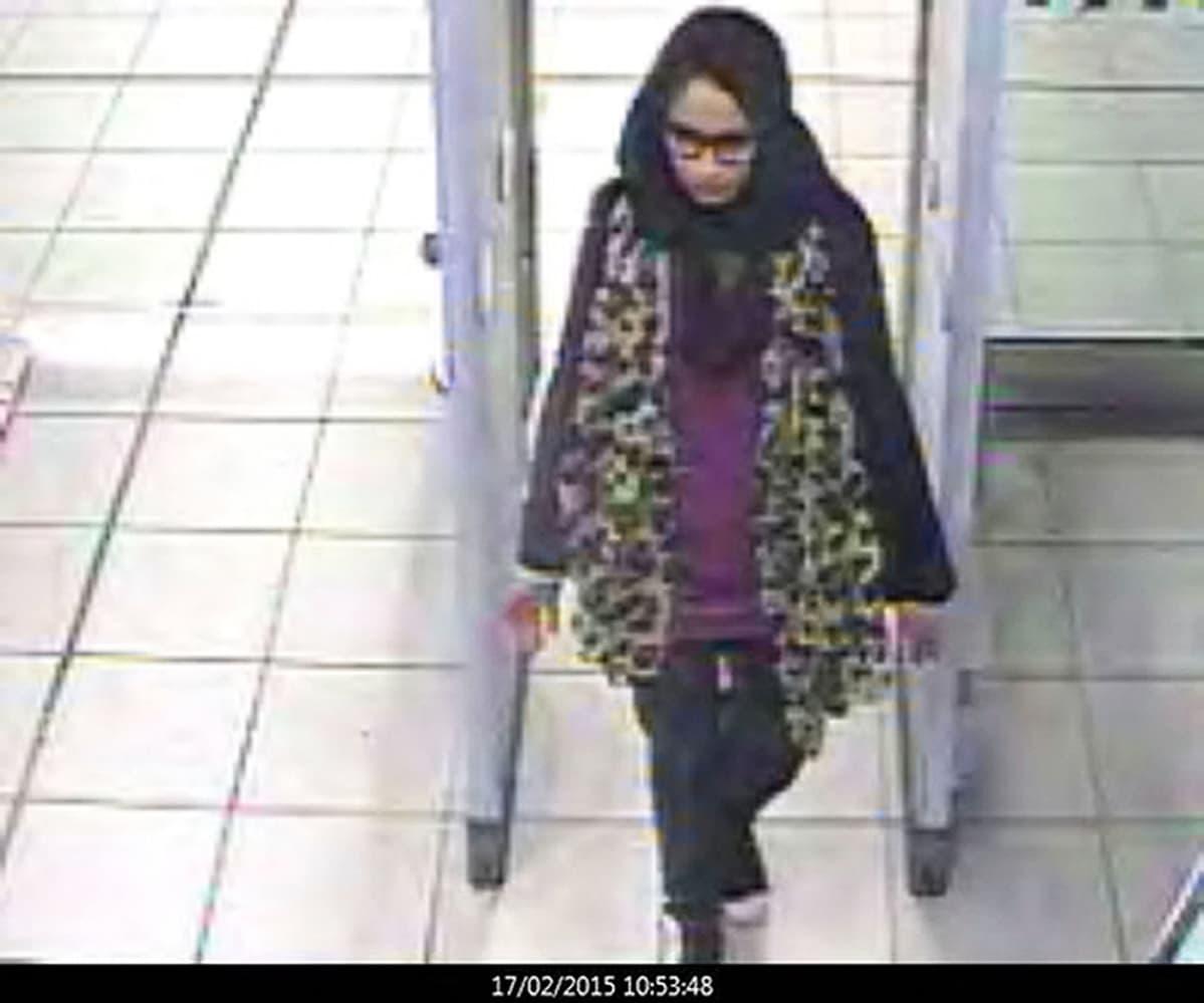 lentokentän turvakamerakuvaa Shamima Begumista.