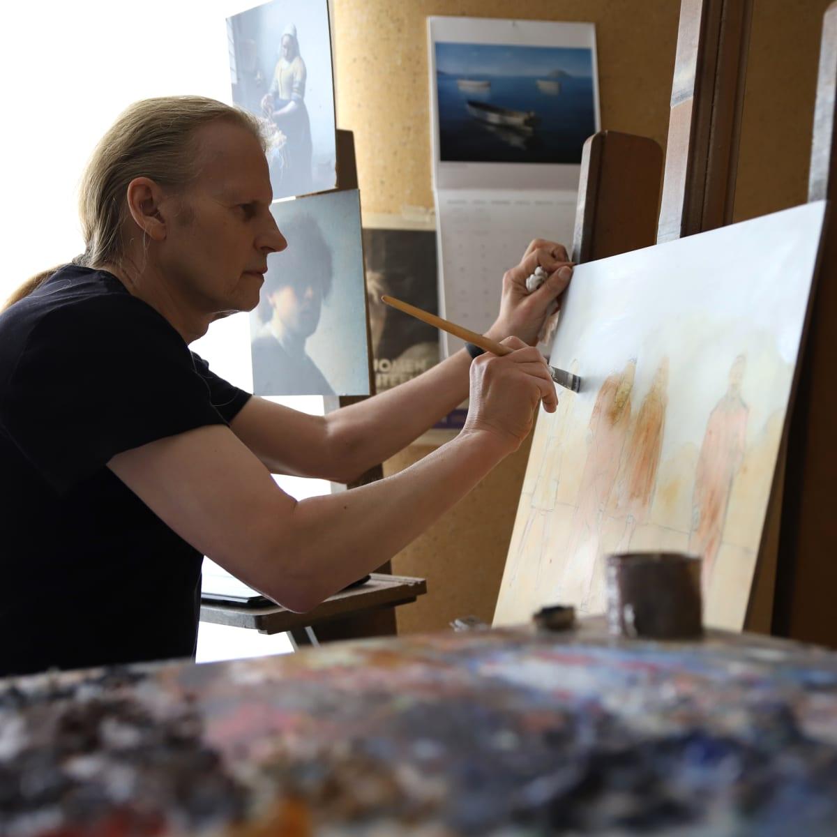 Kaj Stenvall maalaa työhuoneessaan.
