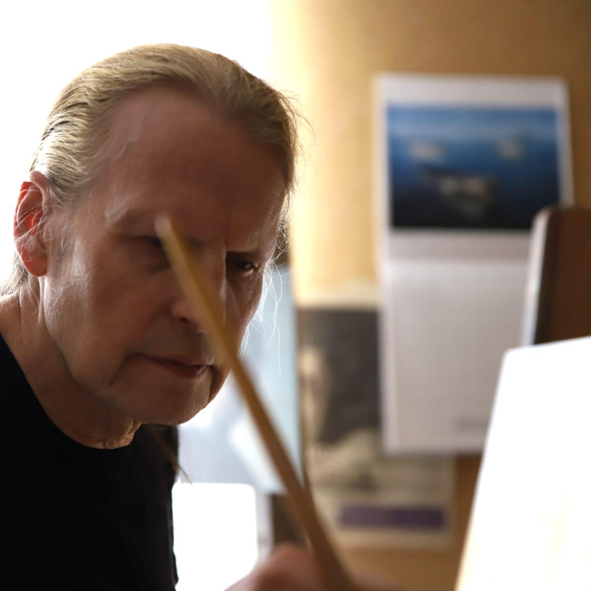 Taiteilija Kaj Stenvall työnsä äärellä