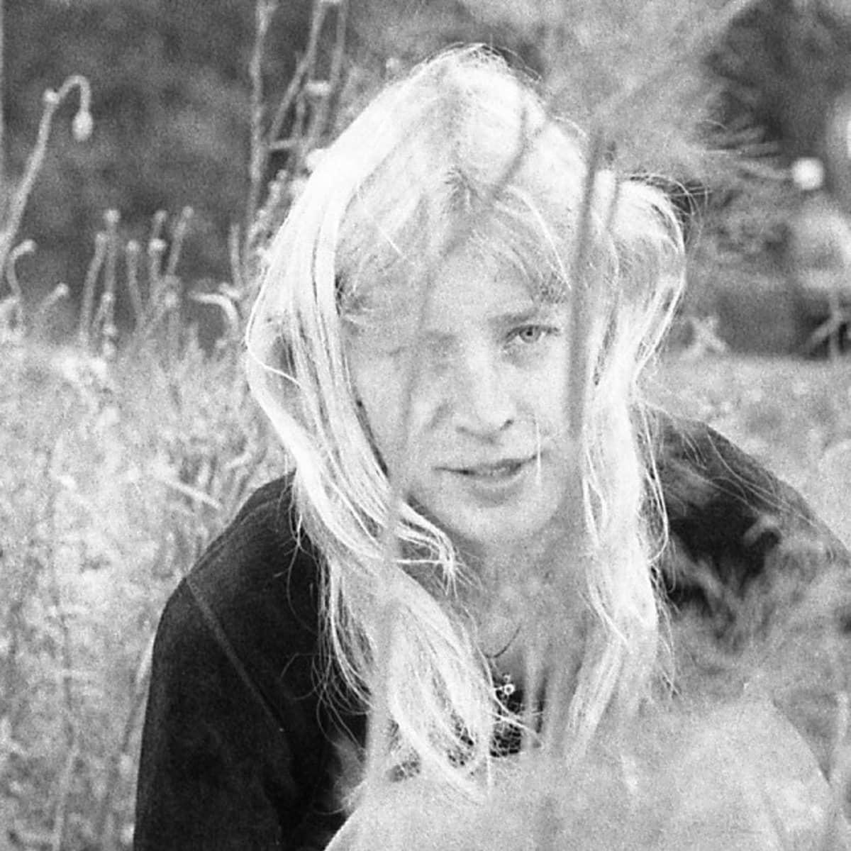 Tarja Helanen ja vaaleat hiukset puutarhassa
