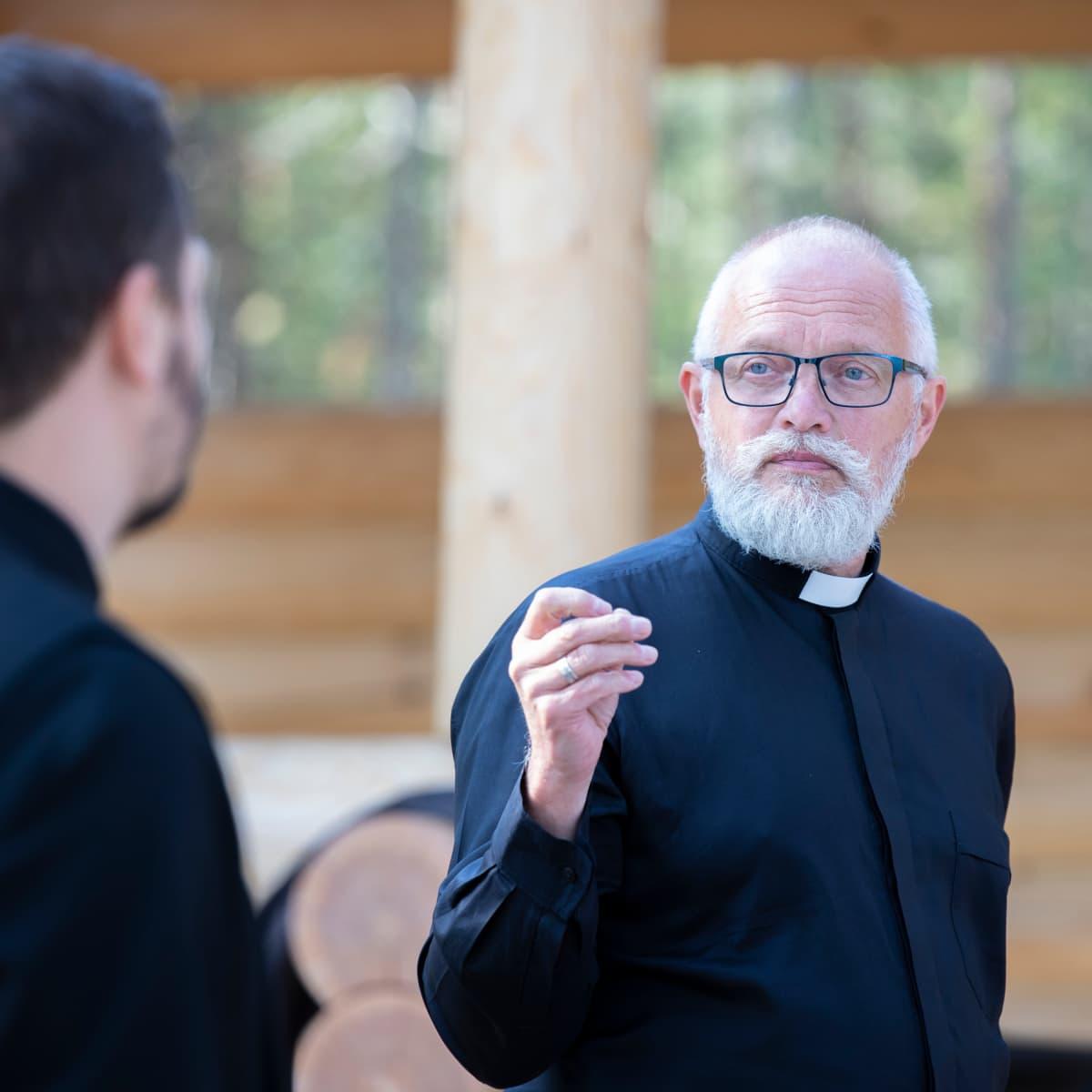 Lääninrovasti Juha Eklund Ilkonsaaren rukoushuoneen siunaustilaisuudessa.