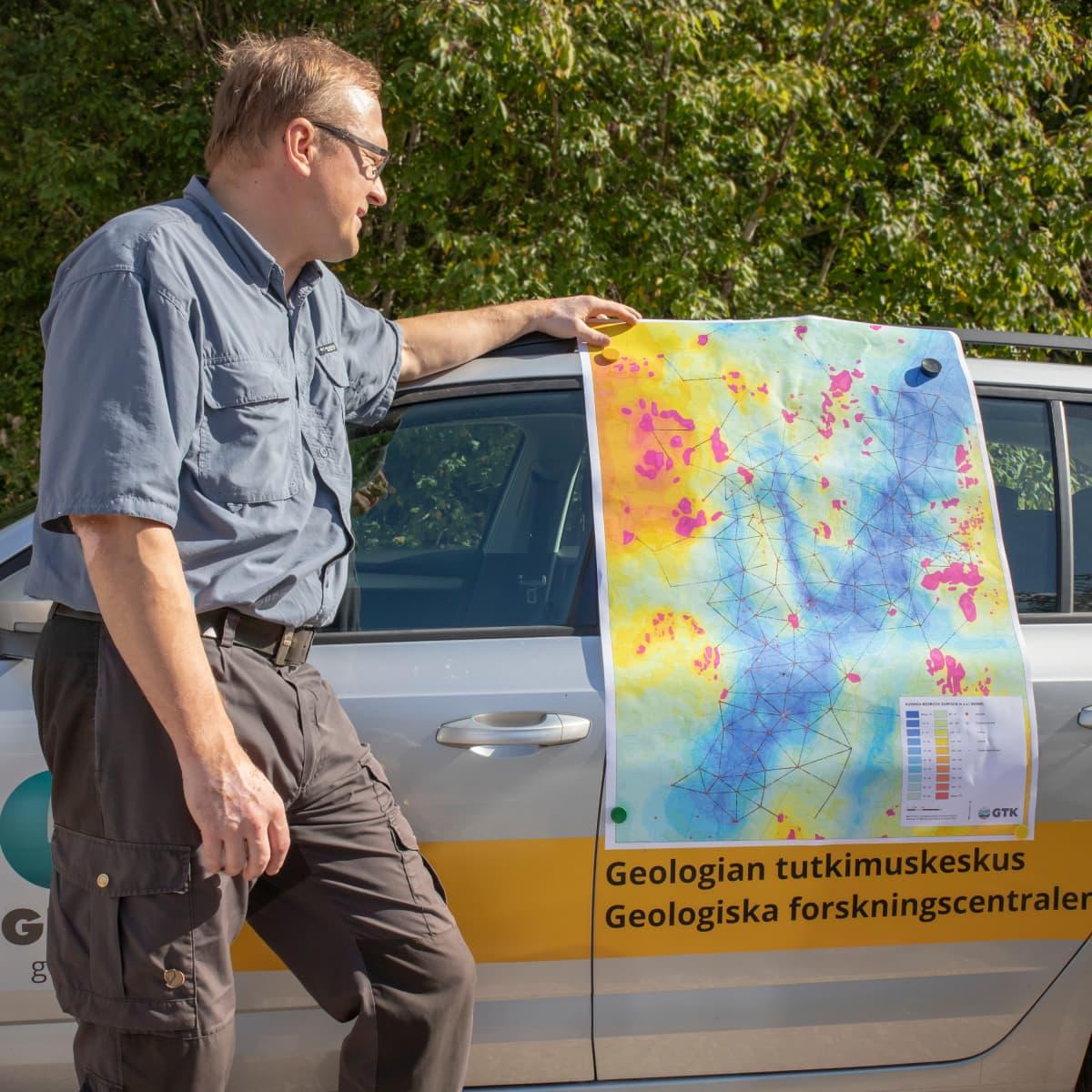Niko Putkinen esittelee pohjavesi aluetta kartalta