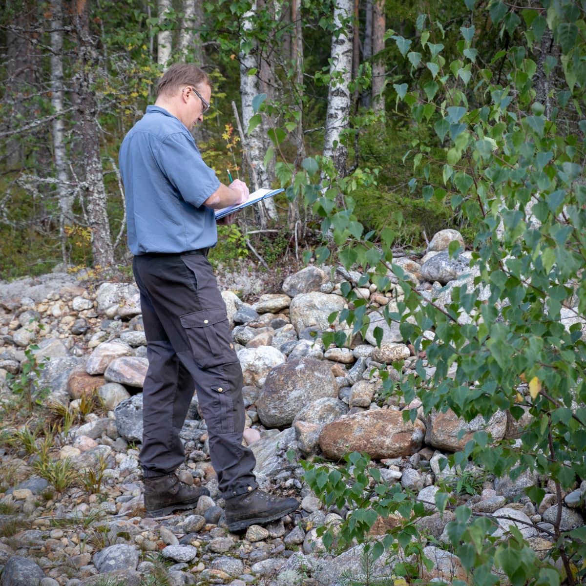 GTK:n erikoistutkija Niko Putkinen tekemässä muistiinpanoja Kurikan Lehtivuorella. Muun muassa täältä veden oletetaan laskeutuvan syväpohjavesiesiintymään saakka.