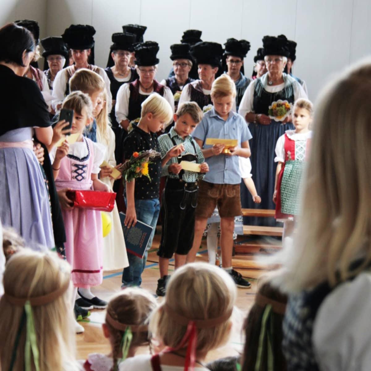 Maaseudulla kansallispuku on yhä osa tavallista juhlaperinnettä. Wienissä se yhdistetään helposti äärioikeistolaiseen ideologiaan. Glaneggissä paikalliset ovat pukeutuneet parhaimpiinsa sadonkorjuujuhlaa varten.