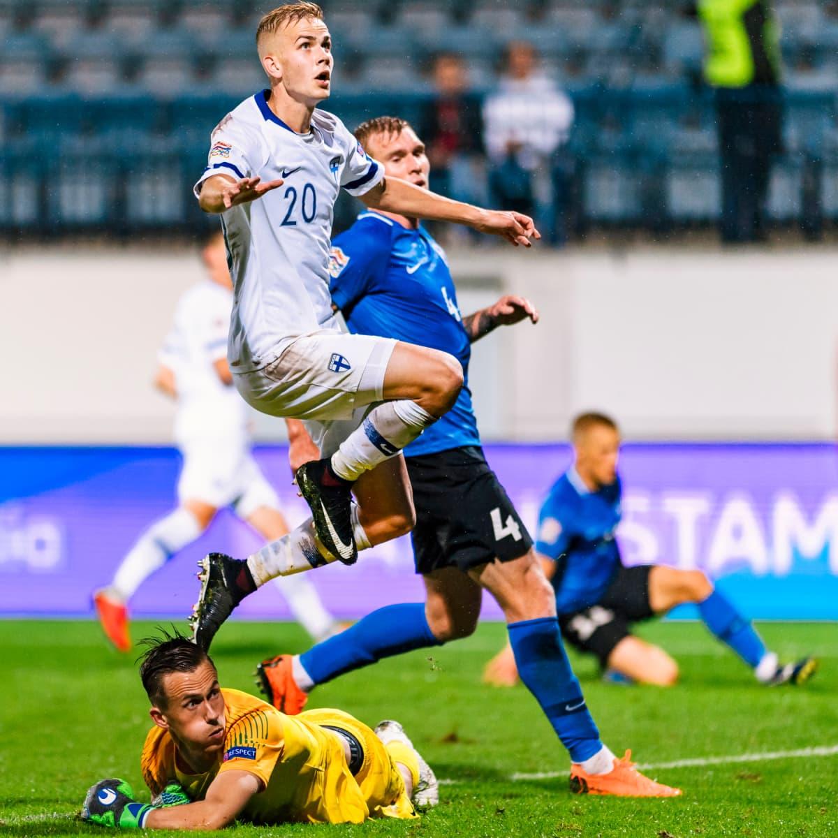 Jasse Tuominen (vas.) sekä Viron Joonas Tamm ja Mihkel Aksalu Kansojen liigan ottelussa.