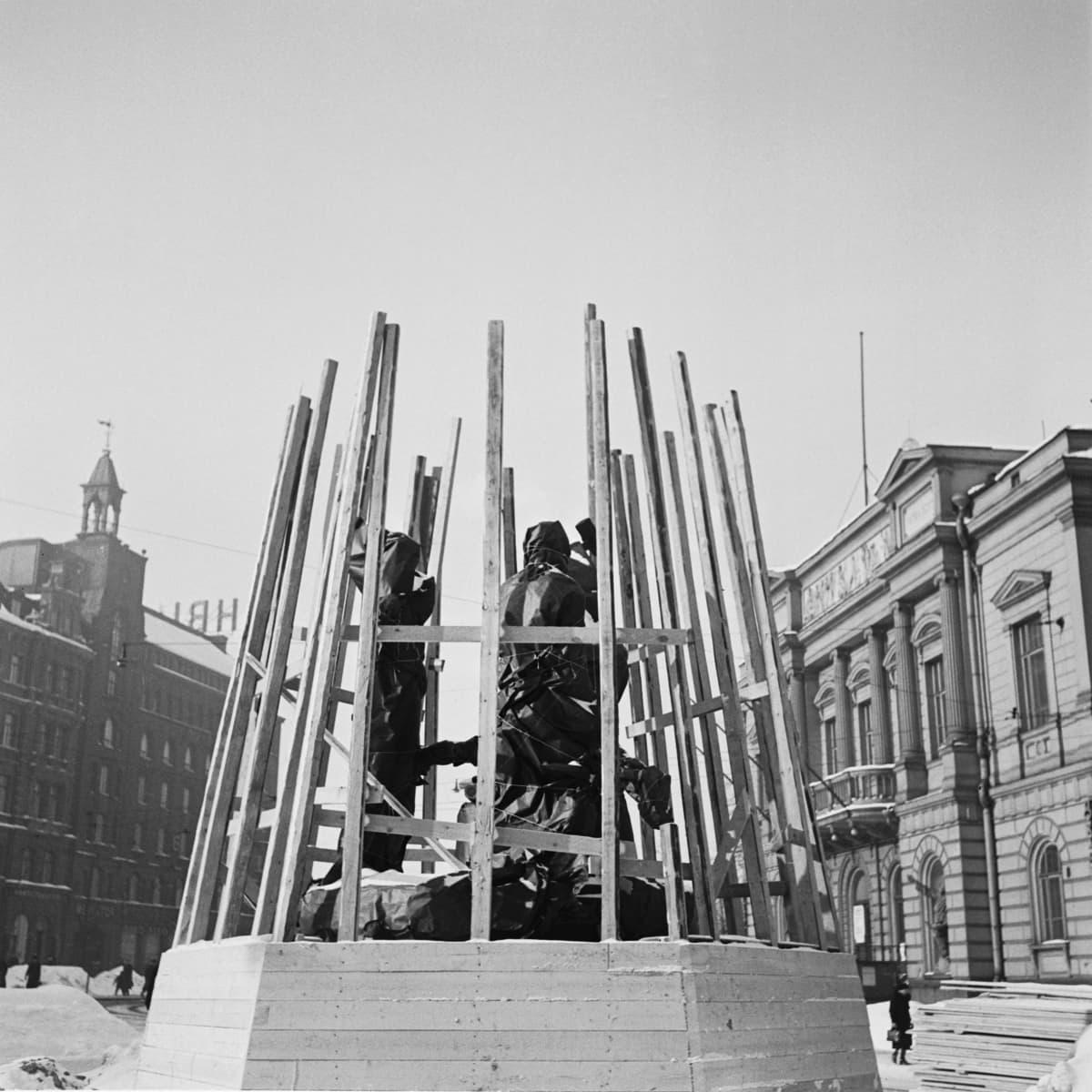 Julkisia taideteoksia haluttiin pelastaa sodan jaloista ja evakuoida turvaan pommituksilta. Kolmen sepän patsas Helsingin keskustasta pakattiin ja haudattiin Tikkurilassa soranottokuoppaan. Patsas palasi paikoilleen vuotta myöhemmin.