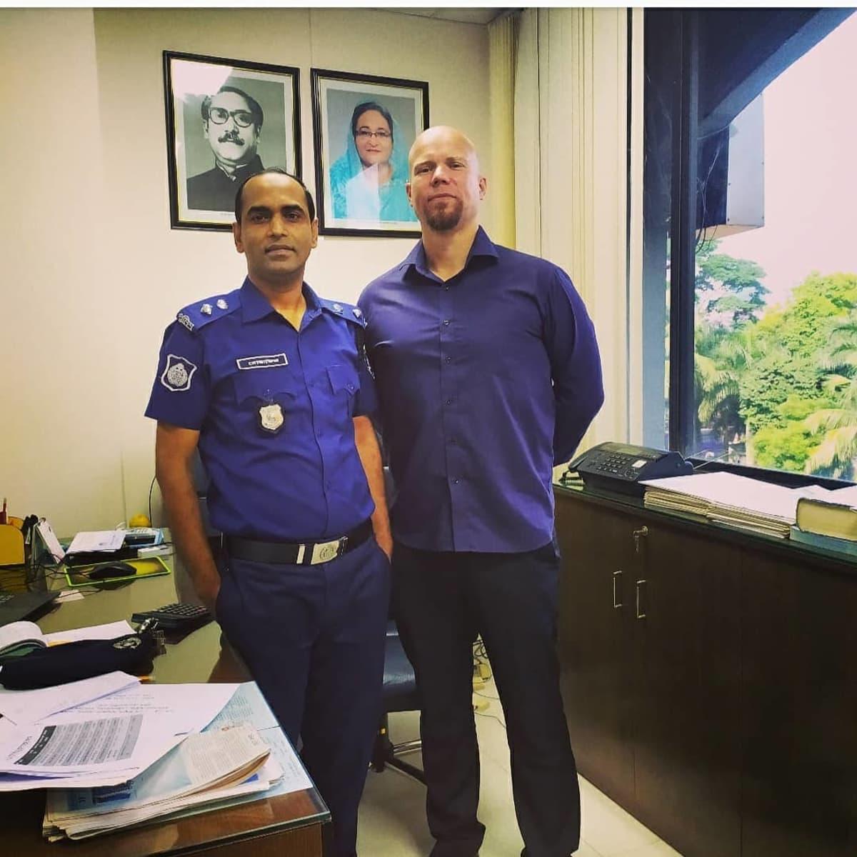 Mikko Pirhonen Bangladeshissa poliisijohtajan kanssa.