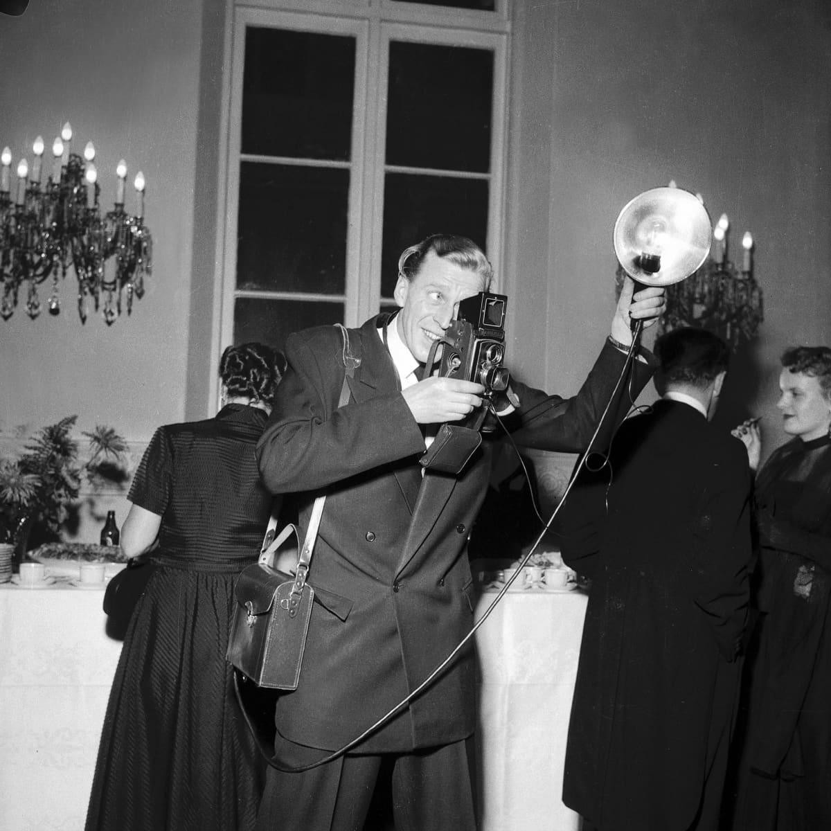 Lehtikuvan valokuvaaja Reino Loppinen kuvaamassa Presidentinlinnan itsenäisyyspäivänjuhlilla 1954.