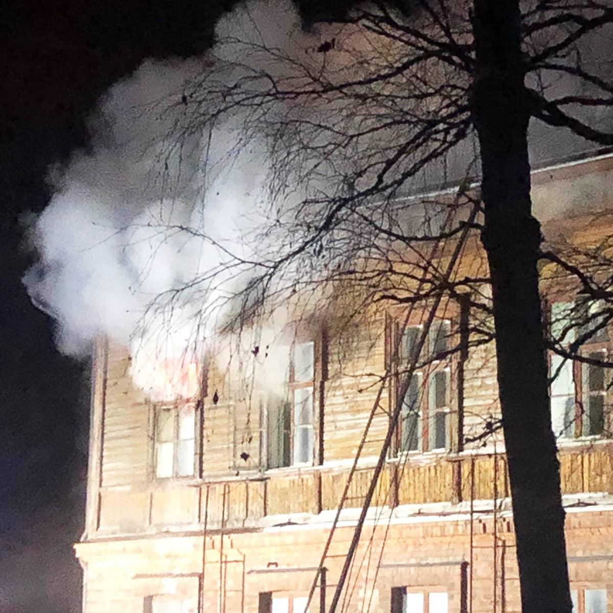 Steiner-päiväkodin ikkunasta tulee savua.