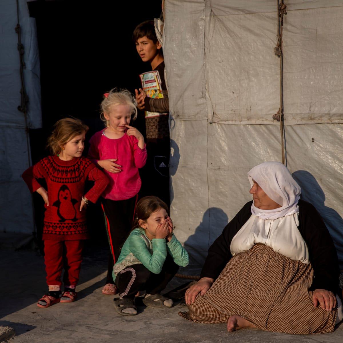 Ihmisiä pakolaisleirissä.