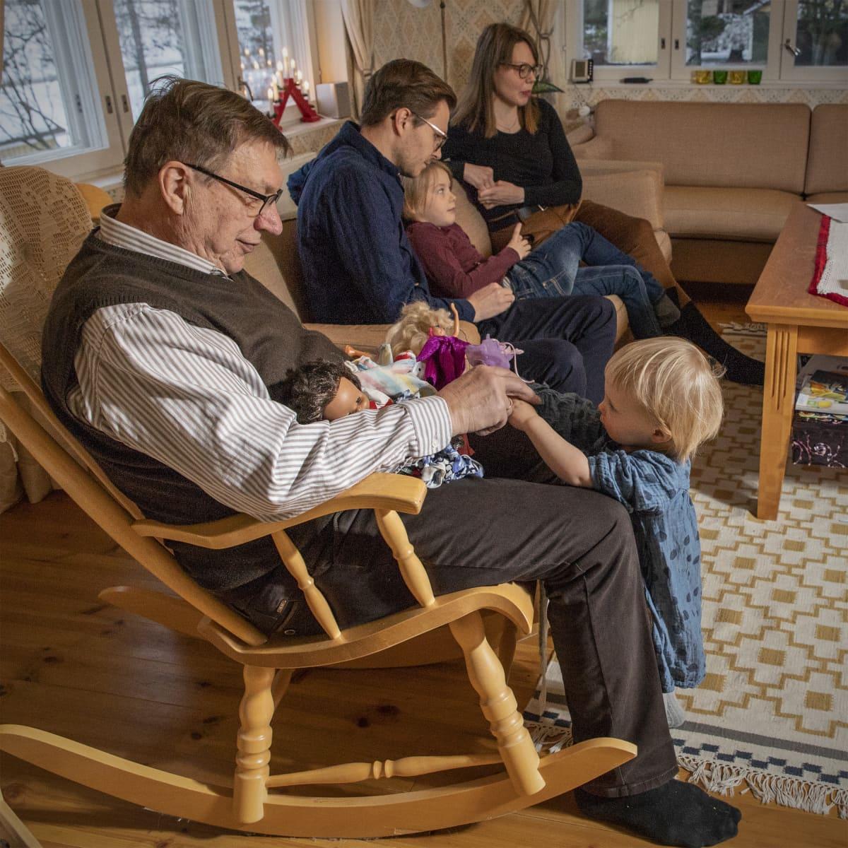 Seppo Laaninen ottaa lelun vastaan Iisa Laaniselta