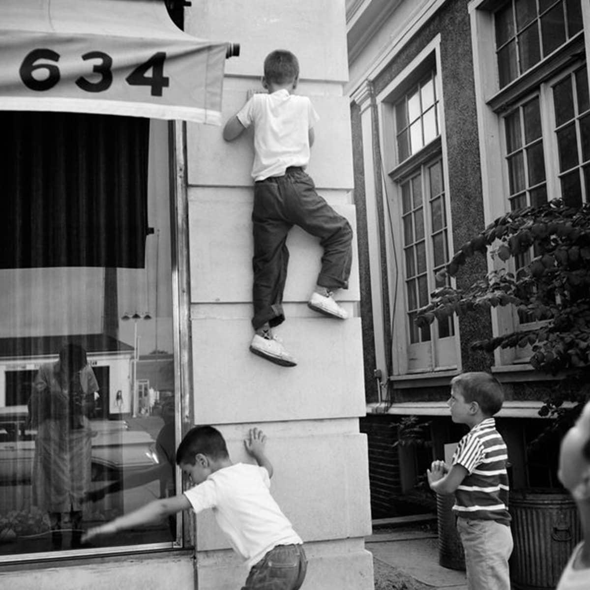 Vivian Maierin kuva kiipeävästä pojasta