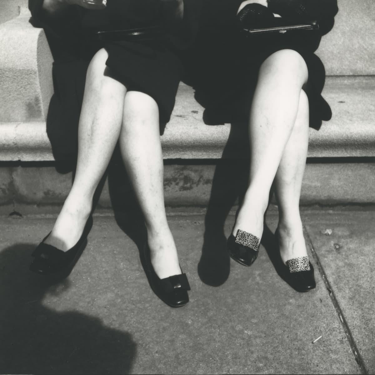 Vivian Maierin kuva naisten sääristä