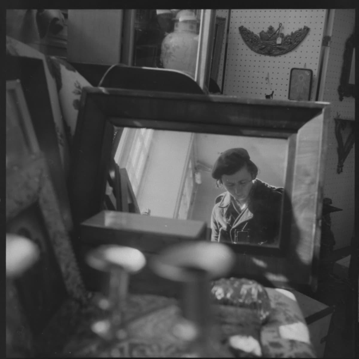Vivian Maierin omakuva, peilissä