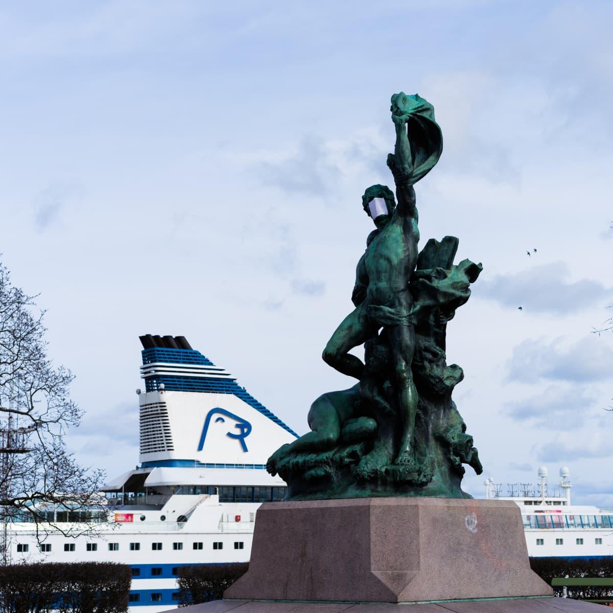 Haaksirikkoiset on pronssiveistos Helsingin Tähtitorninmäellä, Ullanlinnan kaupunginosassa. Vuonna 1898 paljastetun teoksen suunnitteli kuvanveistäjä Robert Stigell. 31.3.2020 se oli saanut koronavirusajan hengessä hengityssuojan.