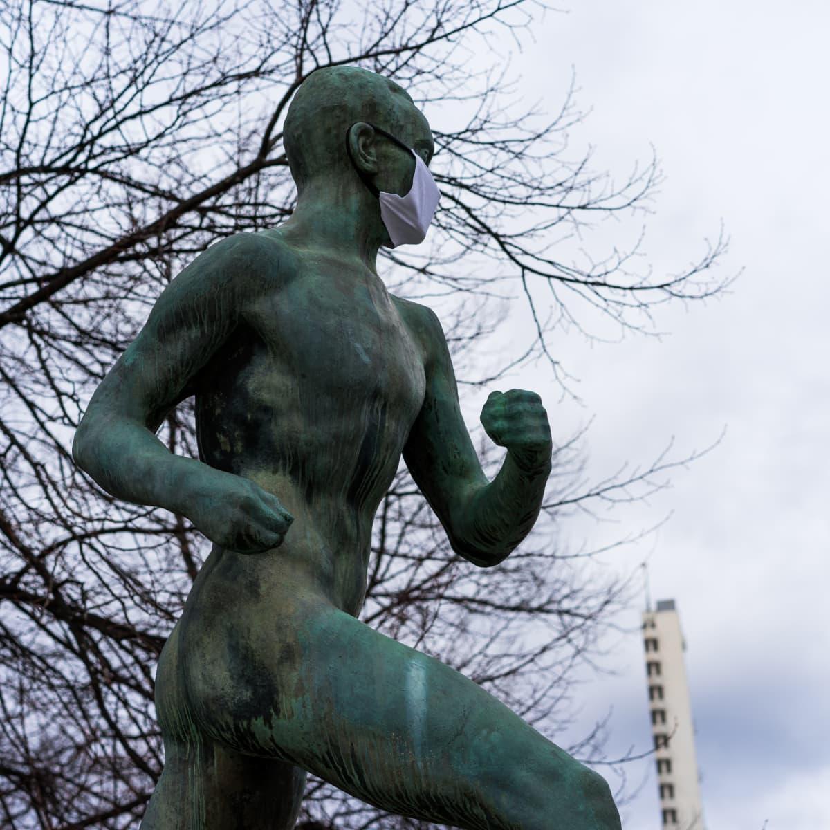 Paavo Nurmi -patsas Helsingissä 31.3.2020.