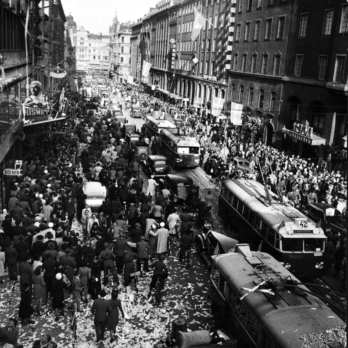Kungsgatanilla juhlitaan 1945