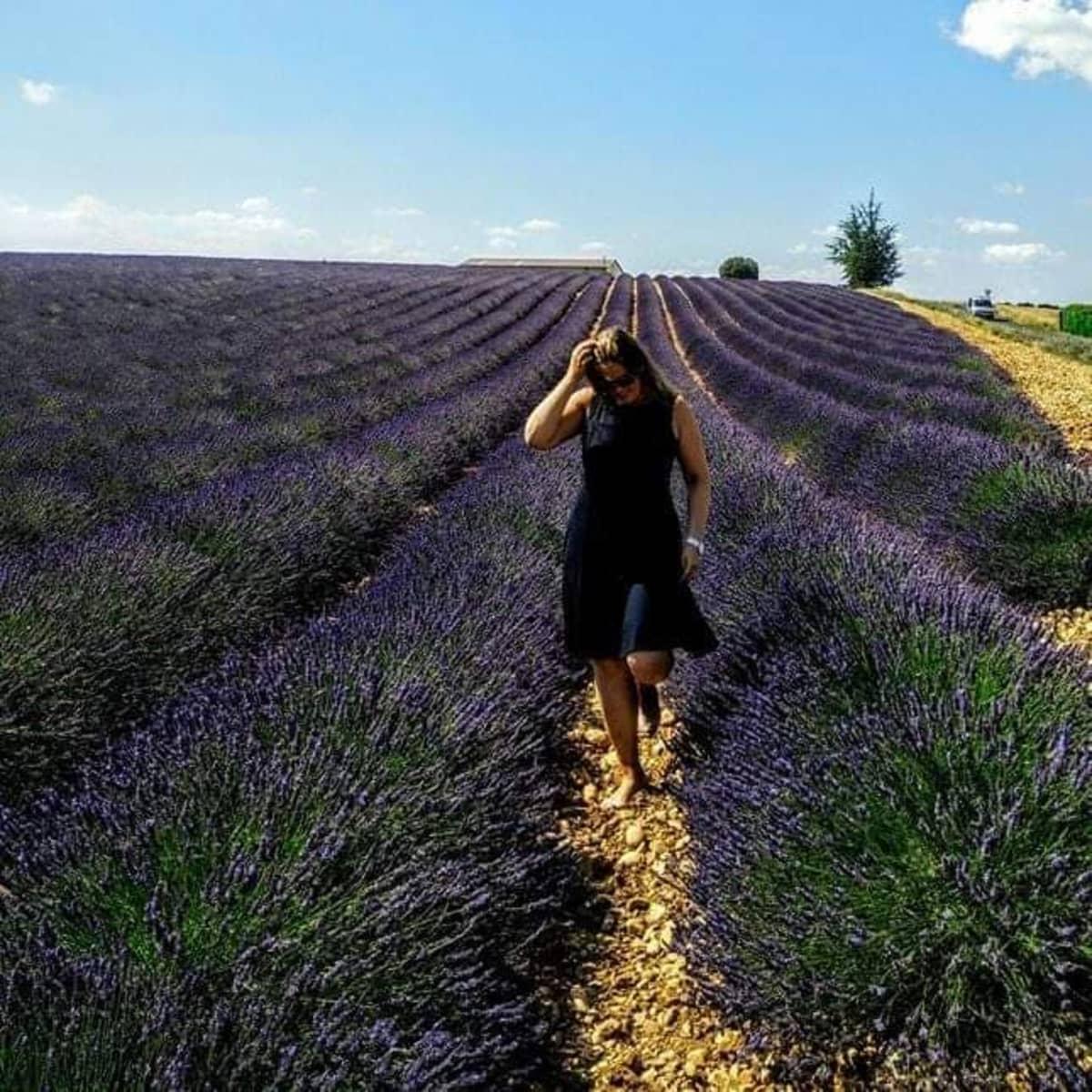 Tiia Paananen laventelipellossa