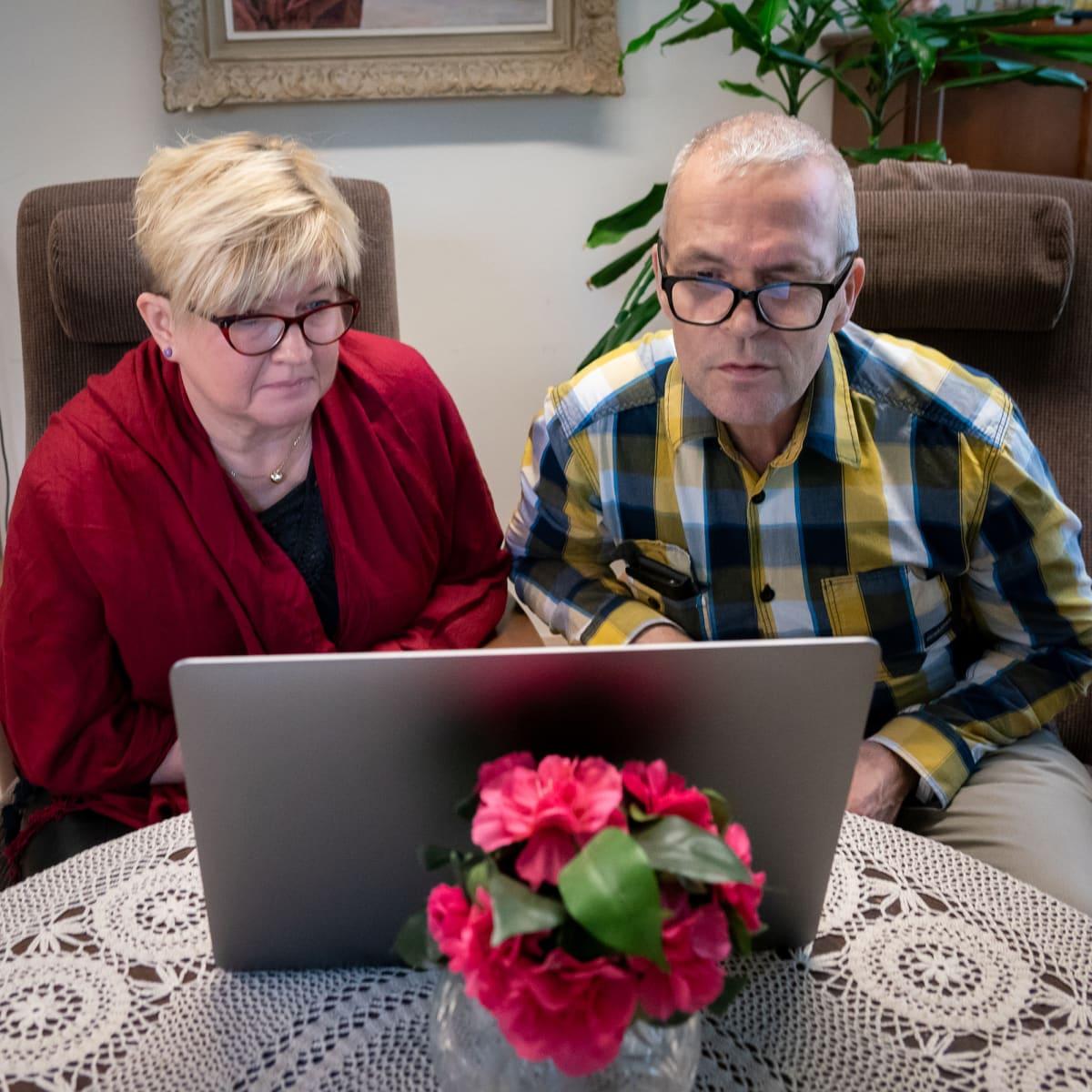 Lasse ja Pirjo Ainasoja  katselevat yhdessä Muistiliiton verkkosivuja.