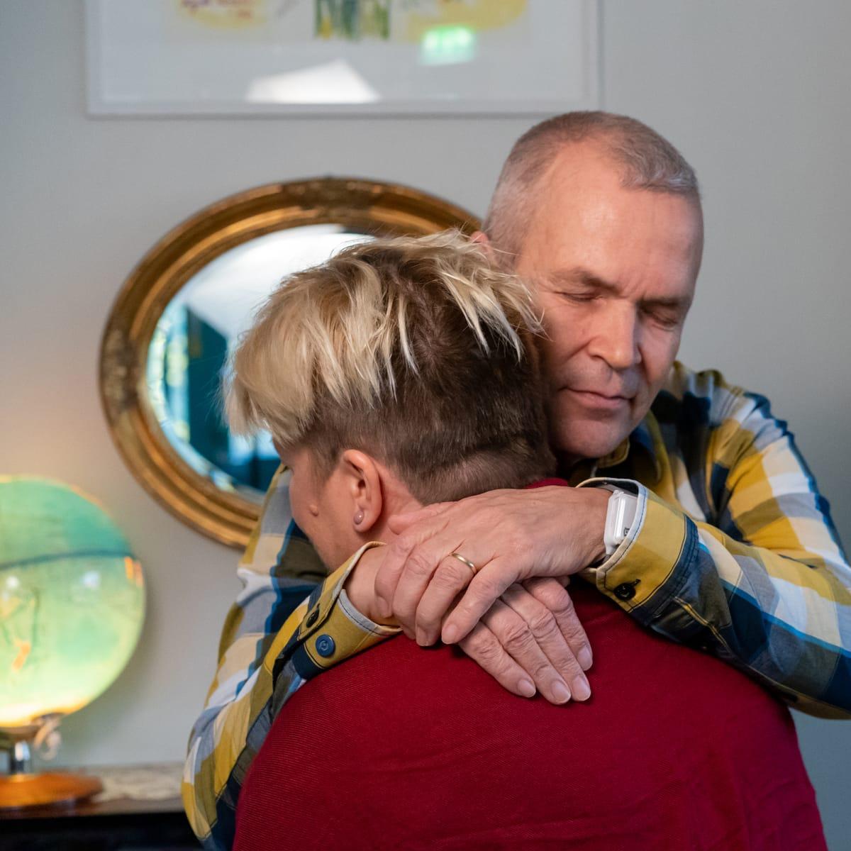 Lasse ja Pirjo Ainasoja halaavat.