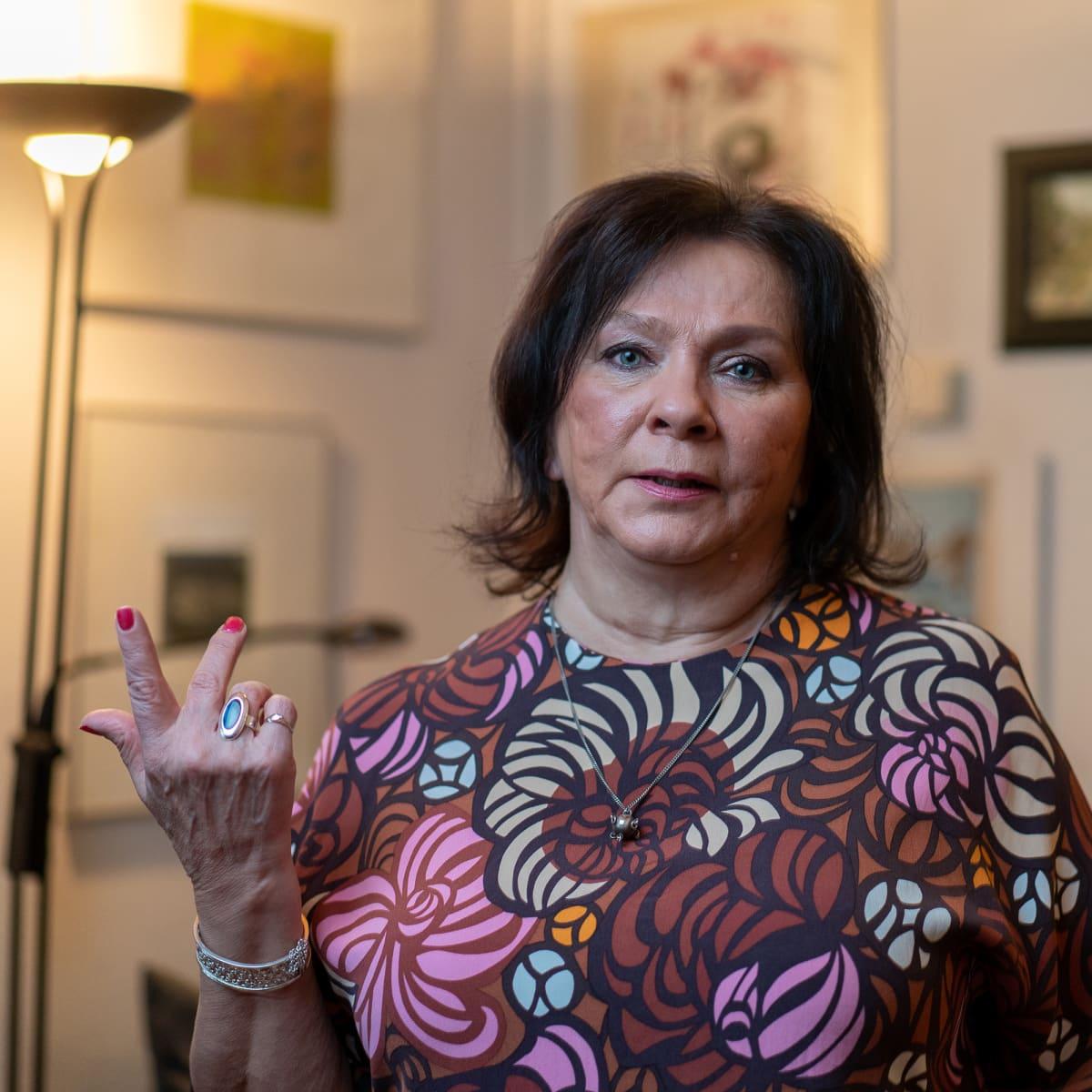 Emeritaprofessori Marja Vaaramaa laskee sormillaan.