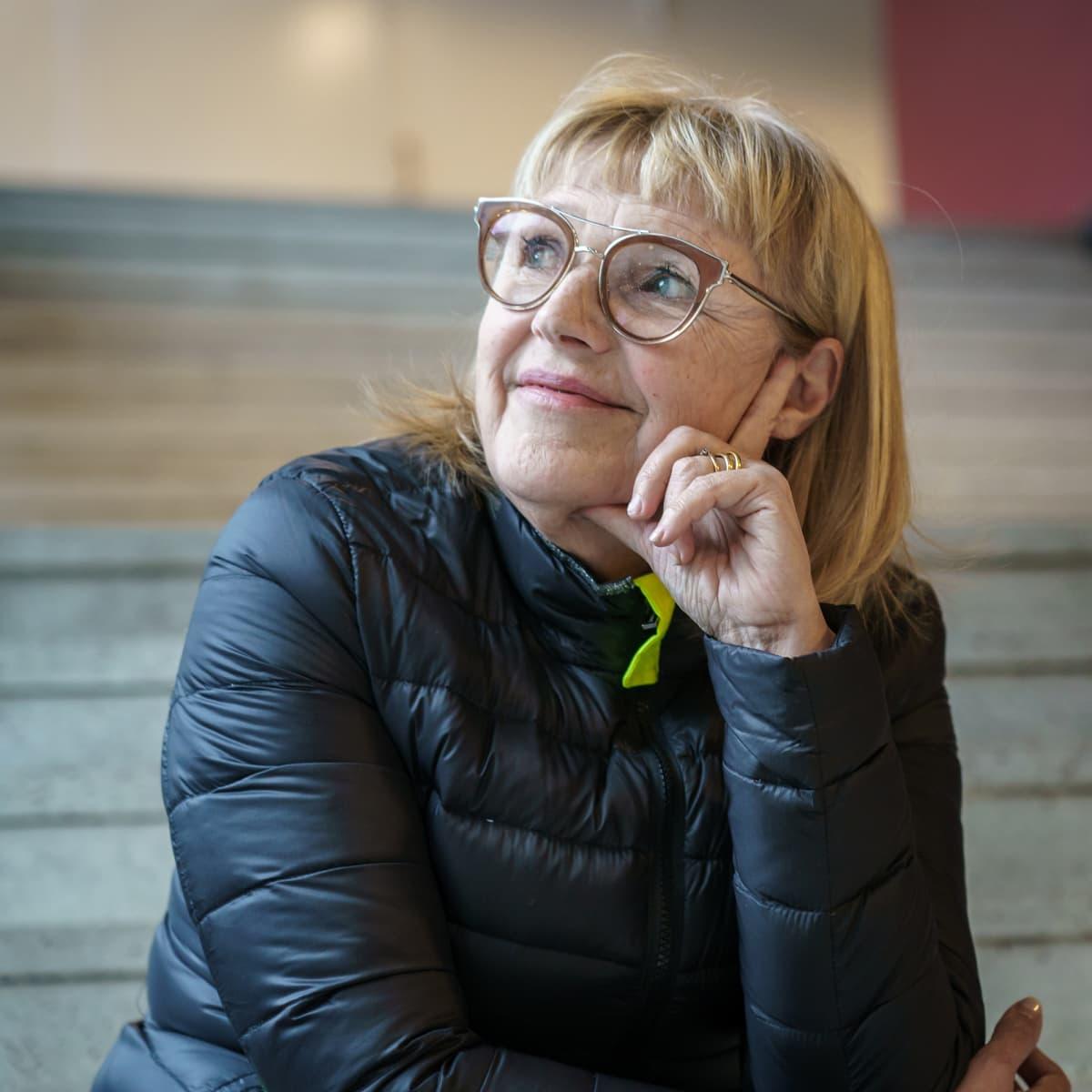 Geriatrian erikoislääkäri, tutkimusprofessori Harriet Finne-Soveri istuu portailla henkilökuvassa.
