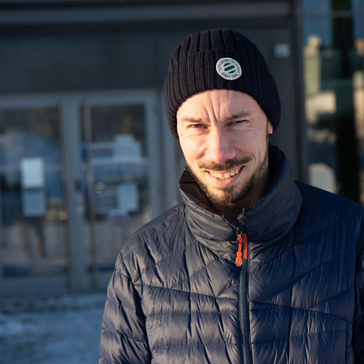 Tampereen yliopistollisen sairaalan geriatrian professori, ylilääkäri Esa Jämsen hymyilee henkilökuvassa.