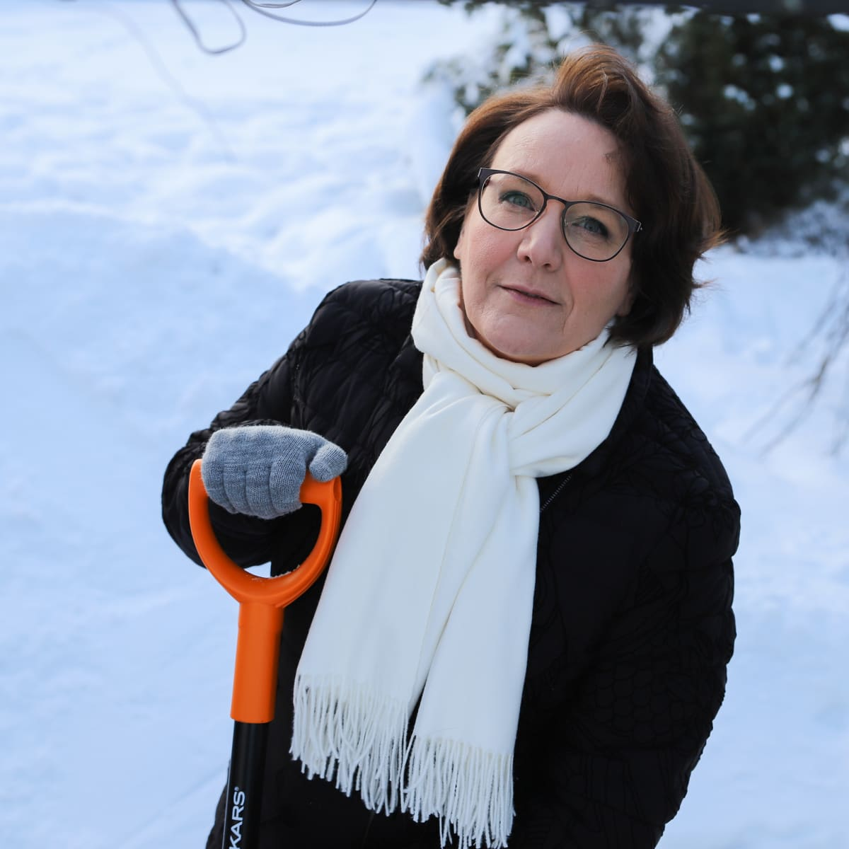 THL:n johtava asiantuntija Sari Kehusmaa pitelee lapiota henkilökuvassa.