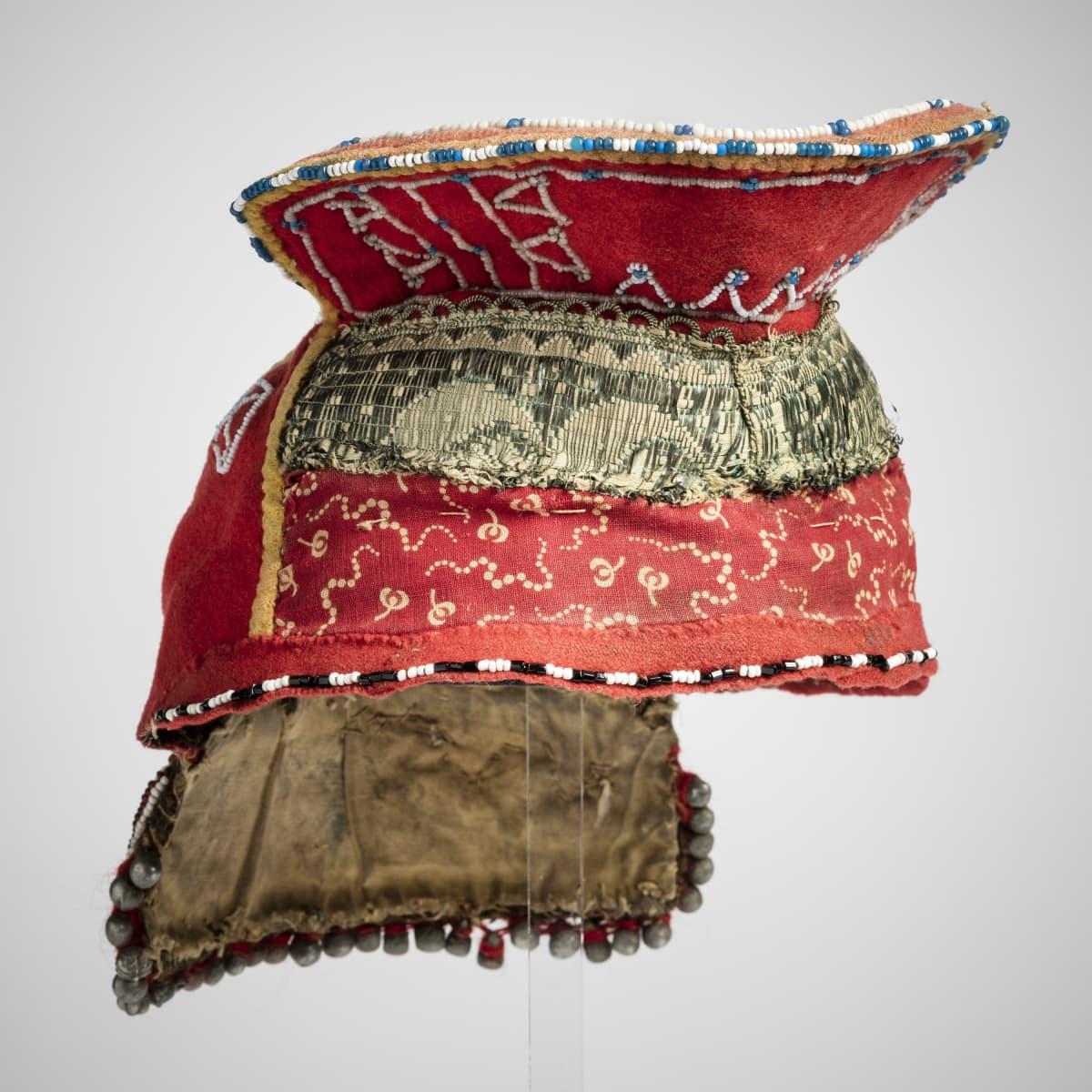 Kolttasaamelainen vaimon päähine T.I. Itkosen 1912 keräämät esineet. Petsamo, Suonikylä, Puldshekjaur. Saatu Kiurel Moshnikovin vaimolta.