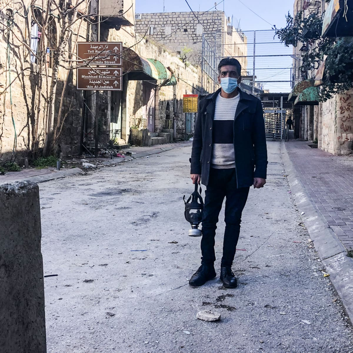 Imad Abu Shamsiyyah kaasunaamari kädessä matkalla mielenosoitukseen Hebronissa