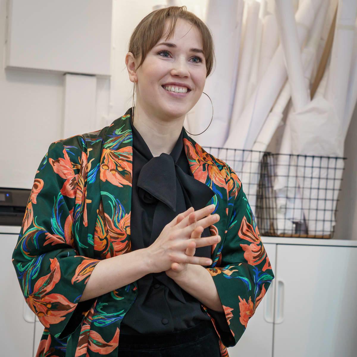 Hääpukusuunnittelija Lara Hyvi henkilökuvassa.