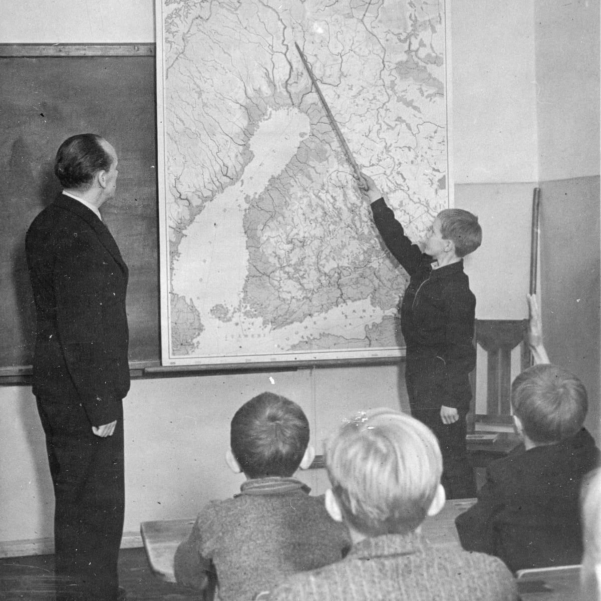 Opetusta kansakoulussa 1930-luvulla.