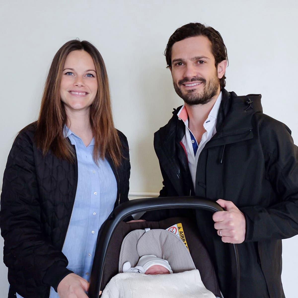Prinsessa Sofia ja prinssi Carl Philip tiistaina syntyneen poikavauvan kanssa.