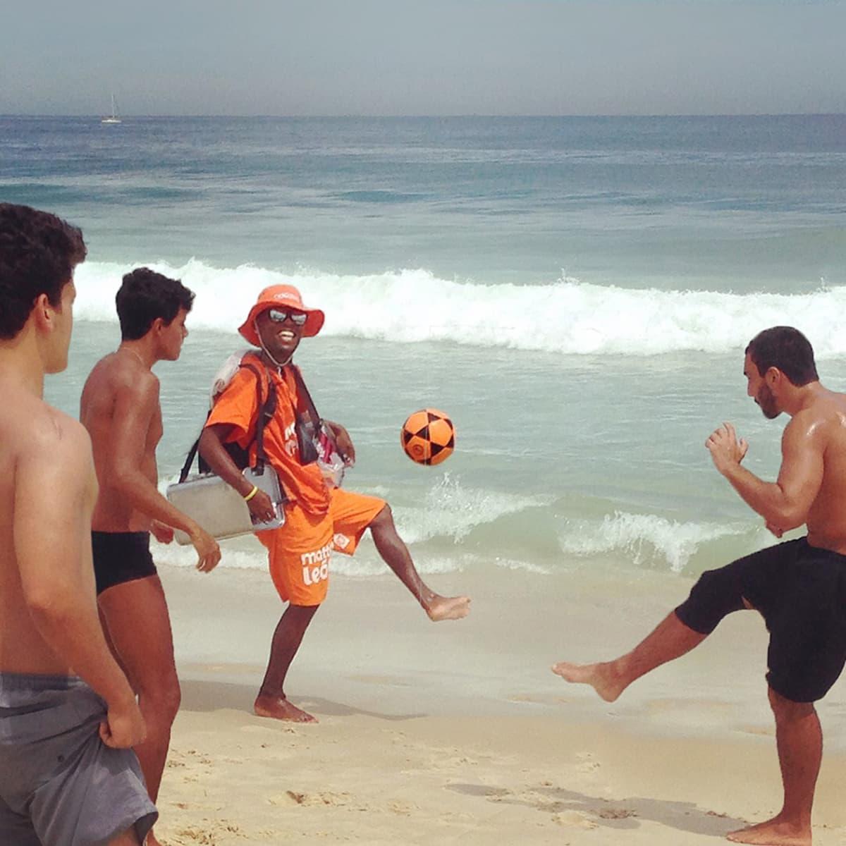 Mies potkii palloa vedessä