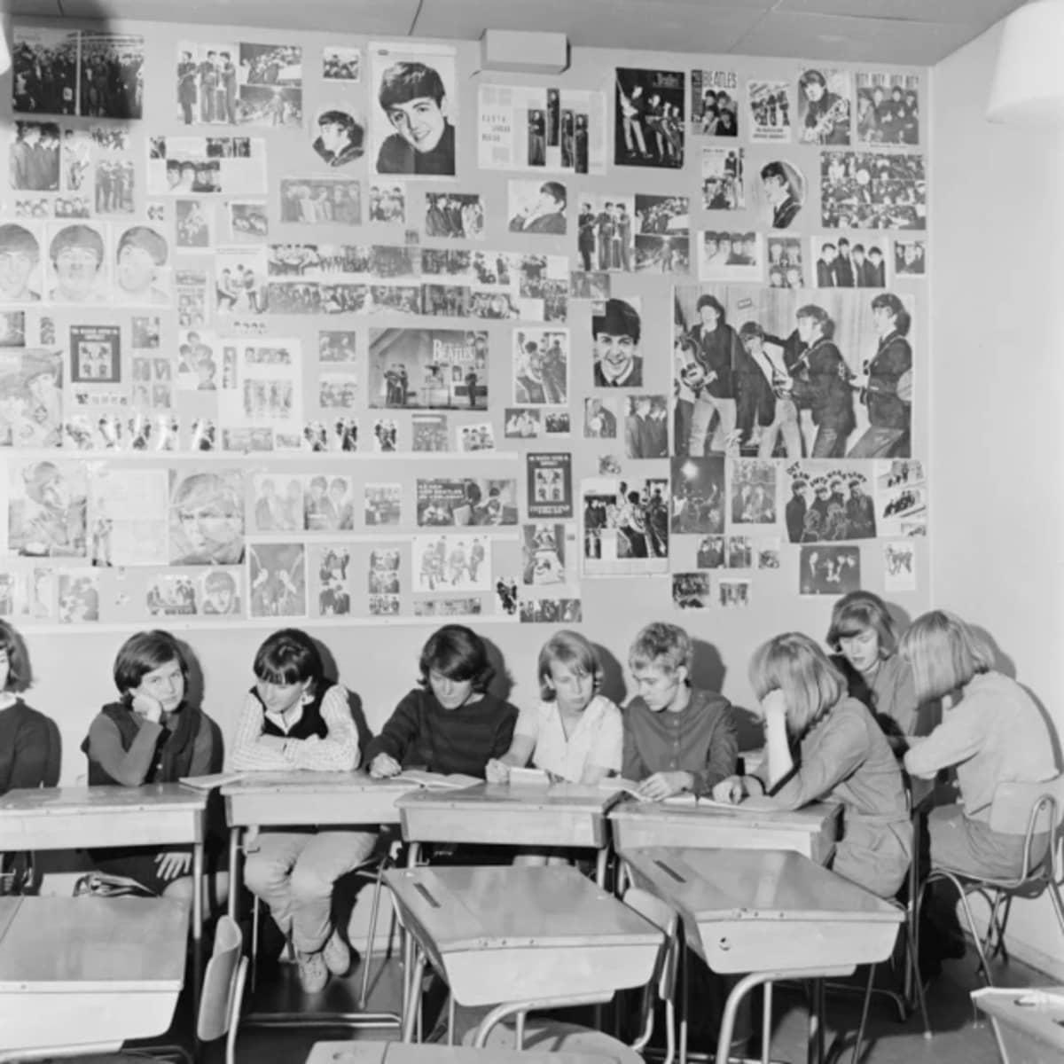Koululuokka ja Beatles-julisteita.