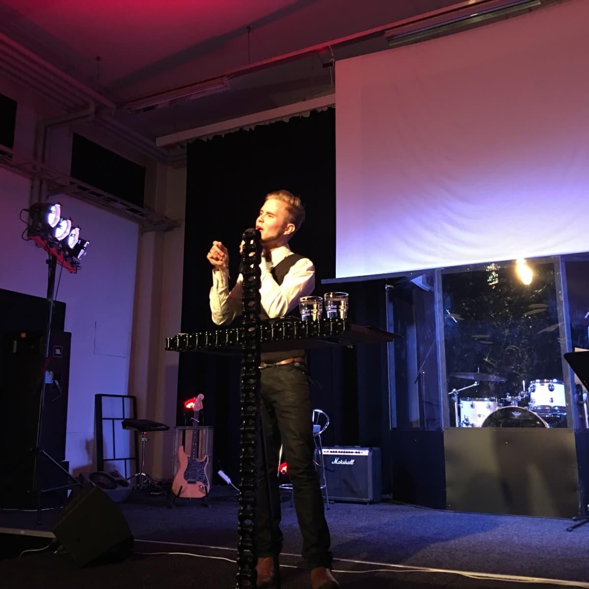 Patrick Tiainen saarnaa Uskon sanan jumalanpalveluksessa