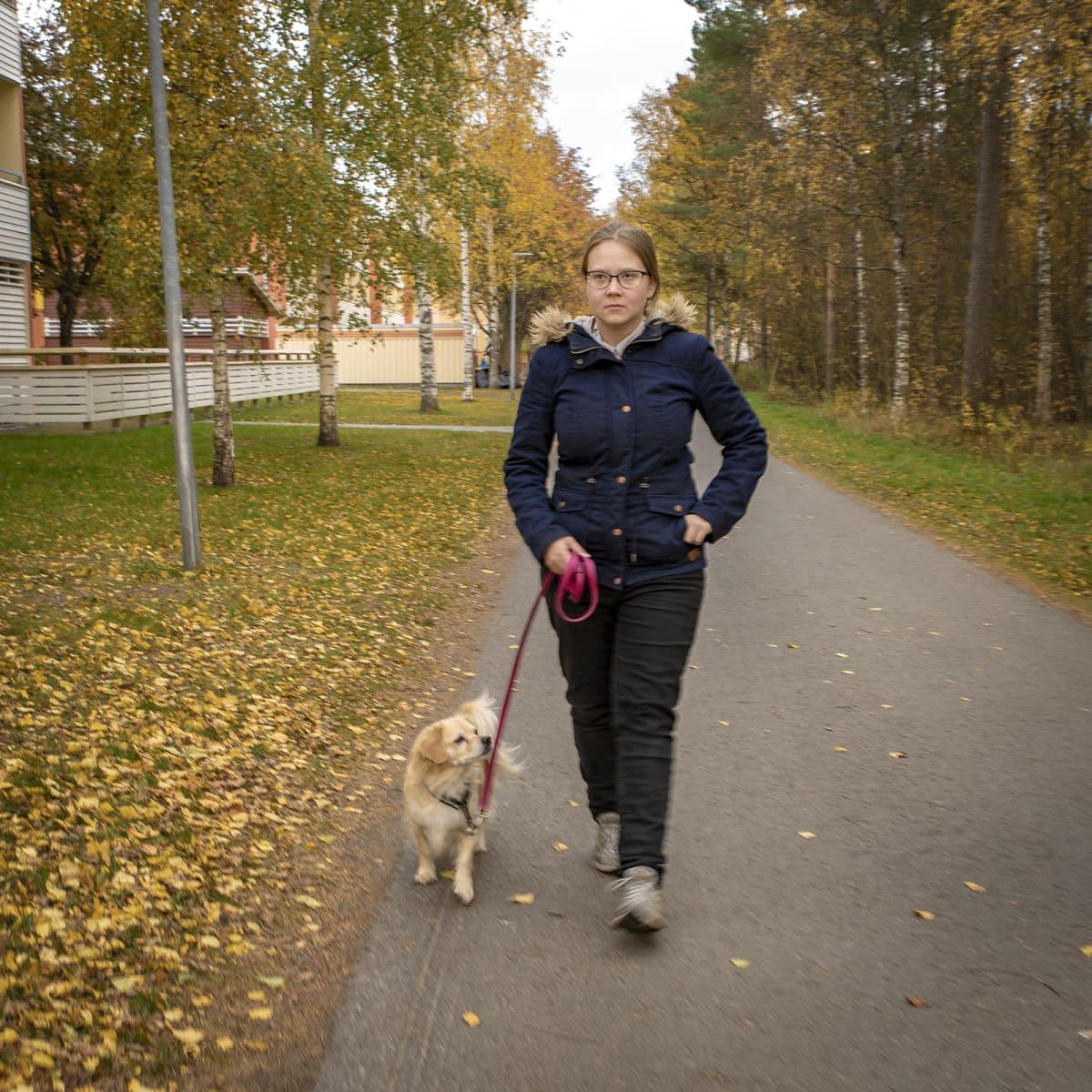 Oululainen Miia Seppälä ulkoiluttaa koiraansa