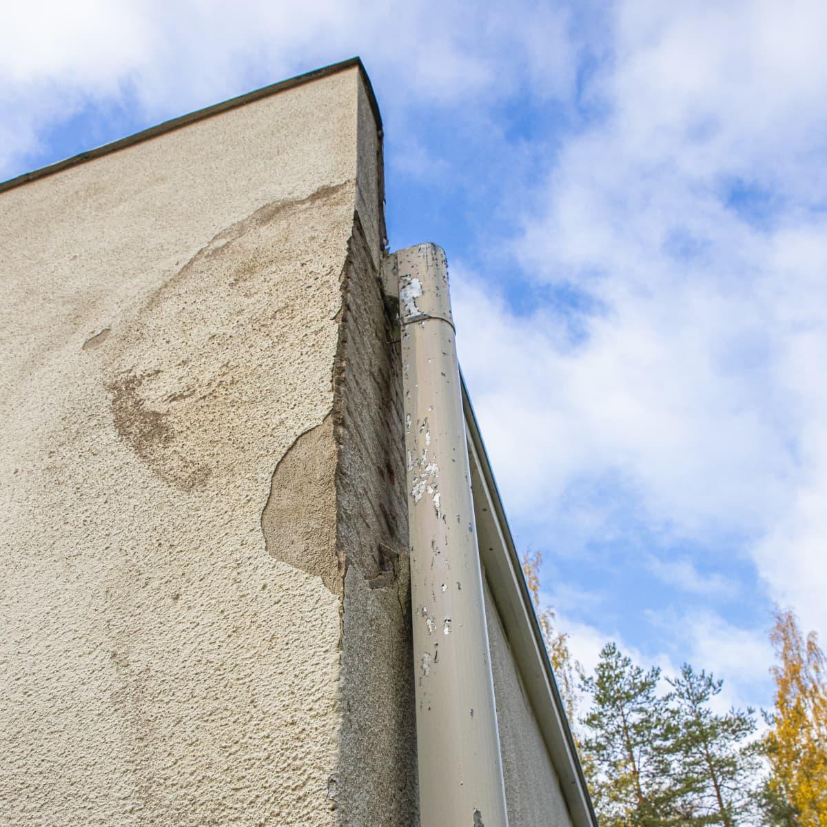 Rapistunut rakennuksen kulma Immolan kasarmialueella.